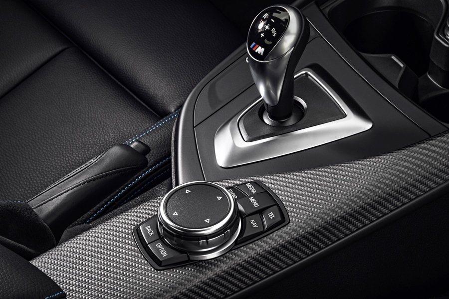方向盤也是M款式,並匹配備賽車風格的M款排檔桿。  圖/BMW提供