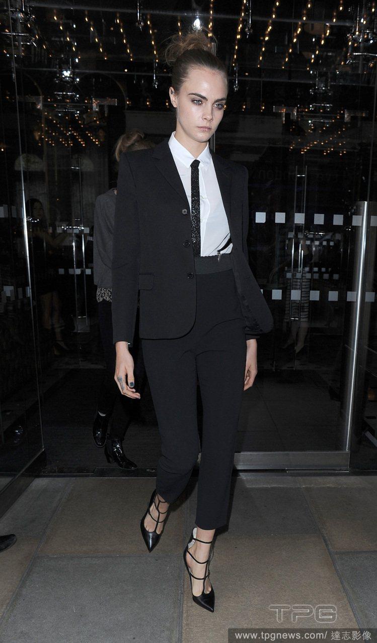 卡拉迪樂芬妮一身黑西裝搭配尖頭鏤空鞋,充滿俐落叛逆的氣息。圖/達志影像