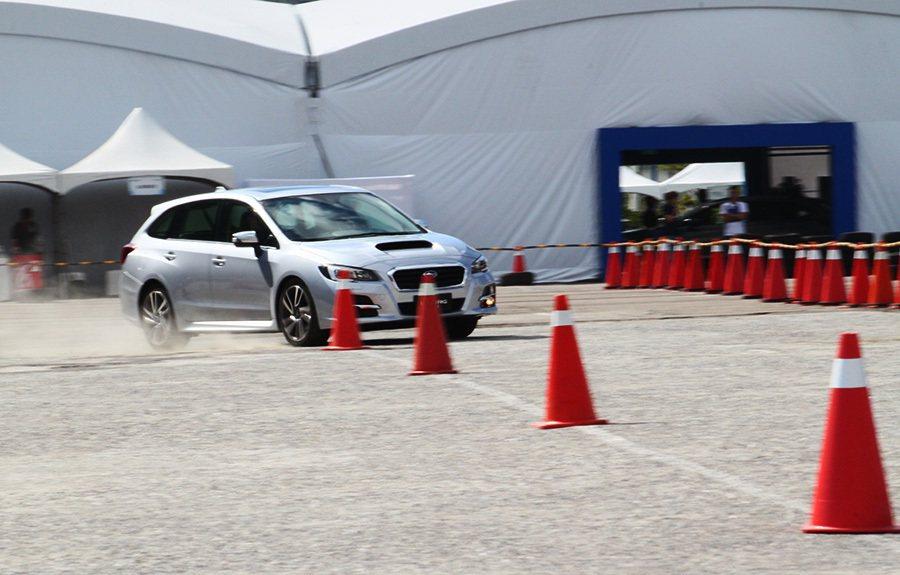 Levorg的方向盤指向雖然沒有跑車那麼精準迅速,但無論是路感回饋或是駕駛的轉動...