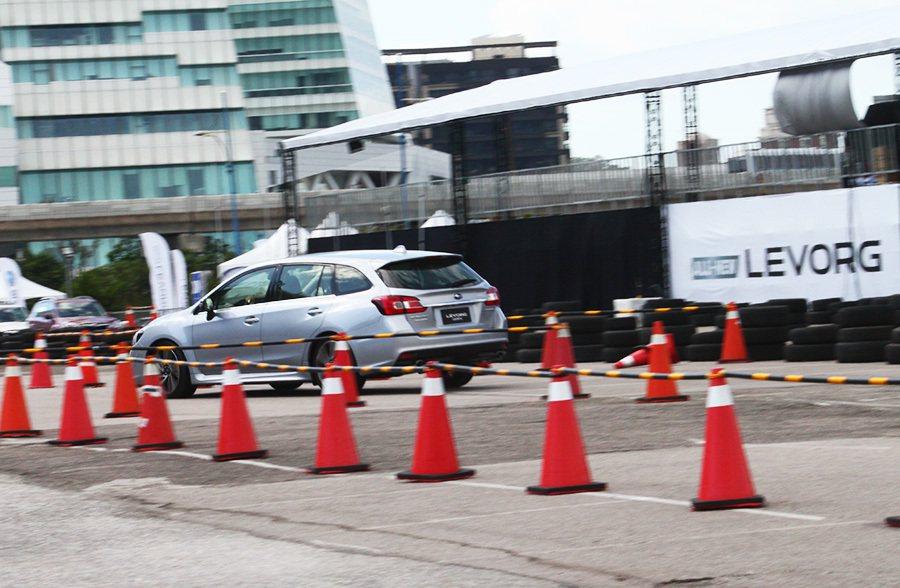 緊急變換車道考驗車身穩定性。 記者敖啟恩/攝影