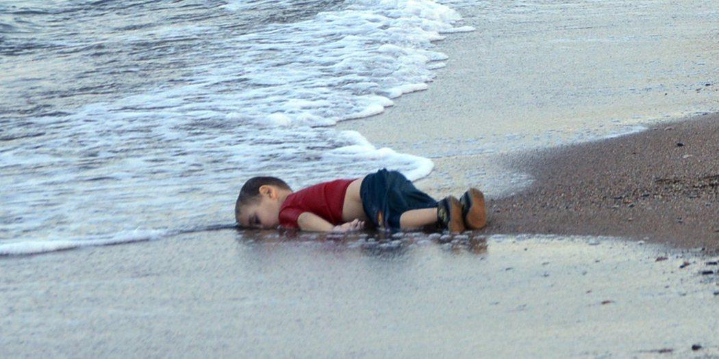小男童俯屍於土耳其海灘,沉默的照片震撼了全球。 圖/美聯社資料照。