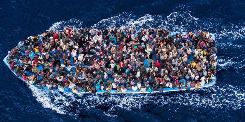 很難想像這樣條件的難民船,能在黑潮中順利前進(圖為地中海上的難民船)。 圖/義大...
