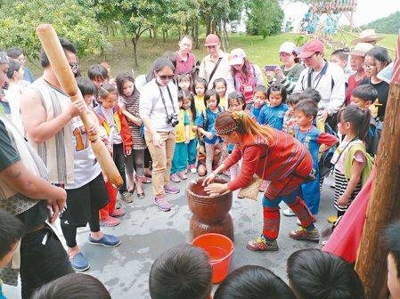 金岳部落規畫社區小旅行,教民眾打麻糬。 圖/陳芃伶提供