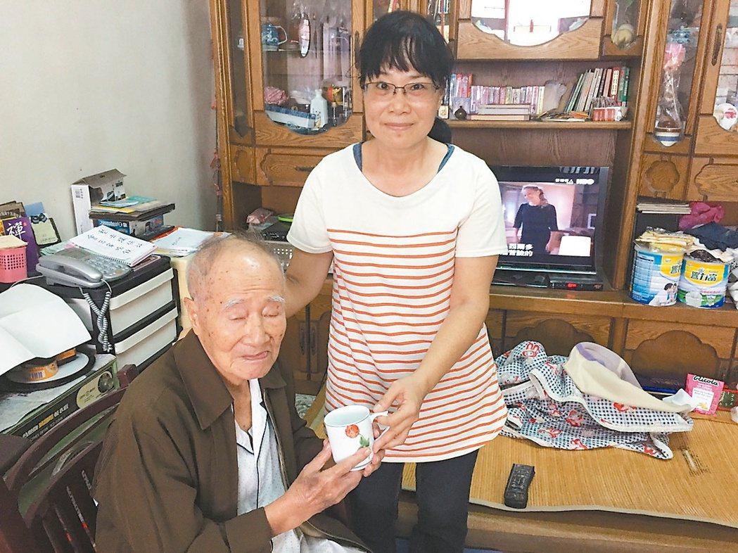 住在台北30年的郭美京(右),退休後回到大甲陪伴父親,每天送上溫暖的問候,讓父親...