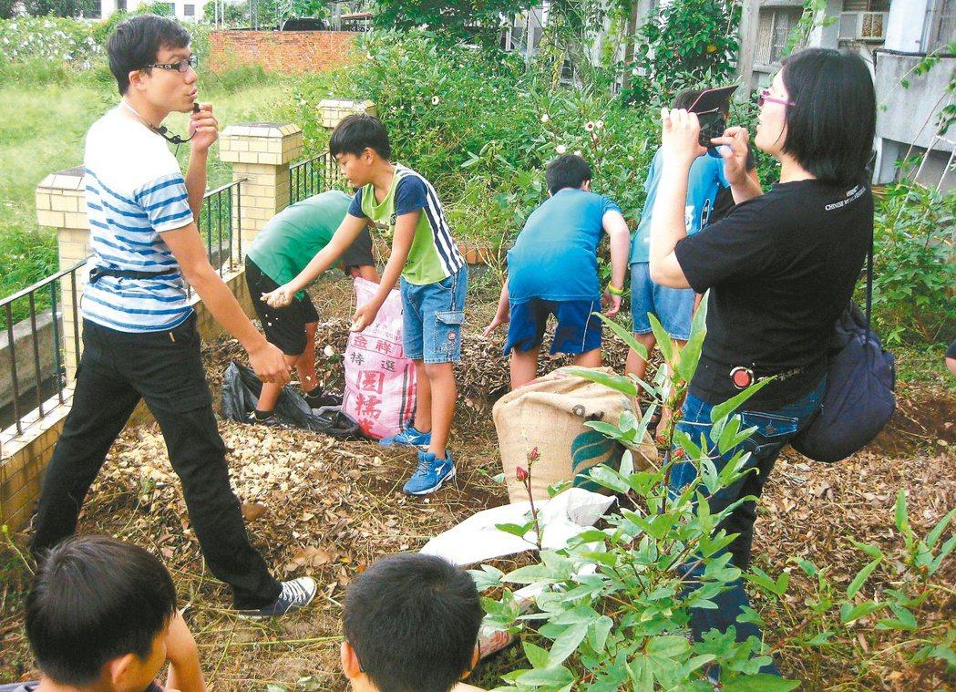 清大研究生彭正龍在水源國小,教導學生自然農法,自製堆肥。 記者李青霖/攝影