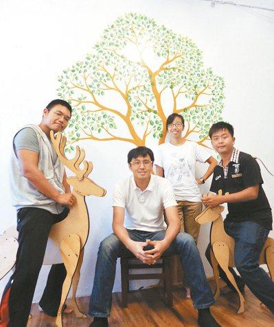廖晉翊(左起)、林志遠、林惠淇和溫永豐,創立全國第一家生態旅遊公司,讓人與自然和...