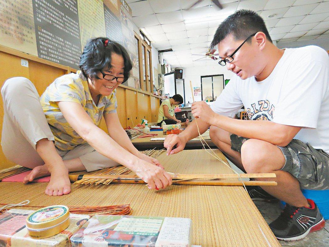 29歲的蕭博駿對傳統藺草編織充滿熱情,推廣傳承,希望將藺編技法、精神介紹給更多人...