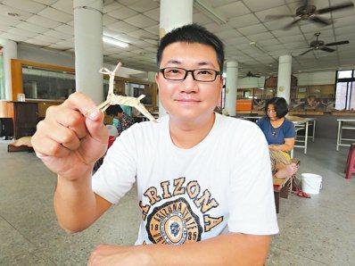 29歲的蕭博駿為了解藺編,開始做中學,也體會到傳承的難處。 記者黃茹婷/攝影