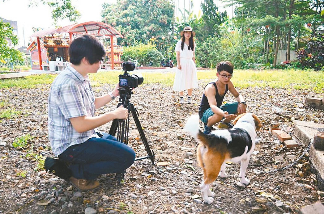 葉宥豆(左)串聯竹山鎮內人文特色和景點,並拍攝成微電影,帶動地方觀光。 記者賴香...