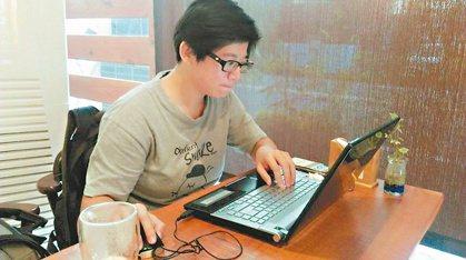葉宥豆返鄉後投入社區營造,創網路社群招攬青年,還幫忙寫企劃辦活動。 記者賴香珊/...