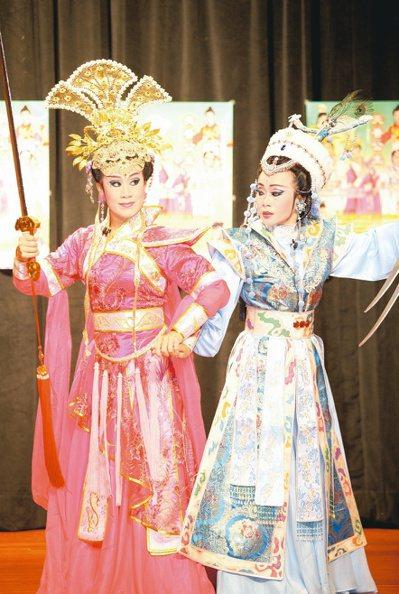 李靜芳(左)歌仔戲唱作俱佳,更用心在台灣歌仔戲文化保存和推廣。 圖/本報資料照片