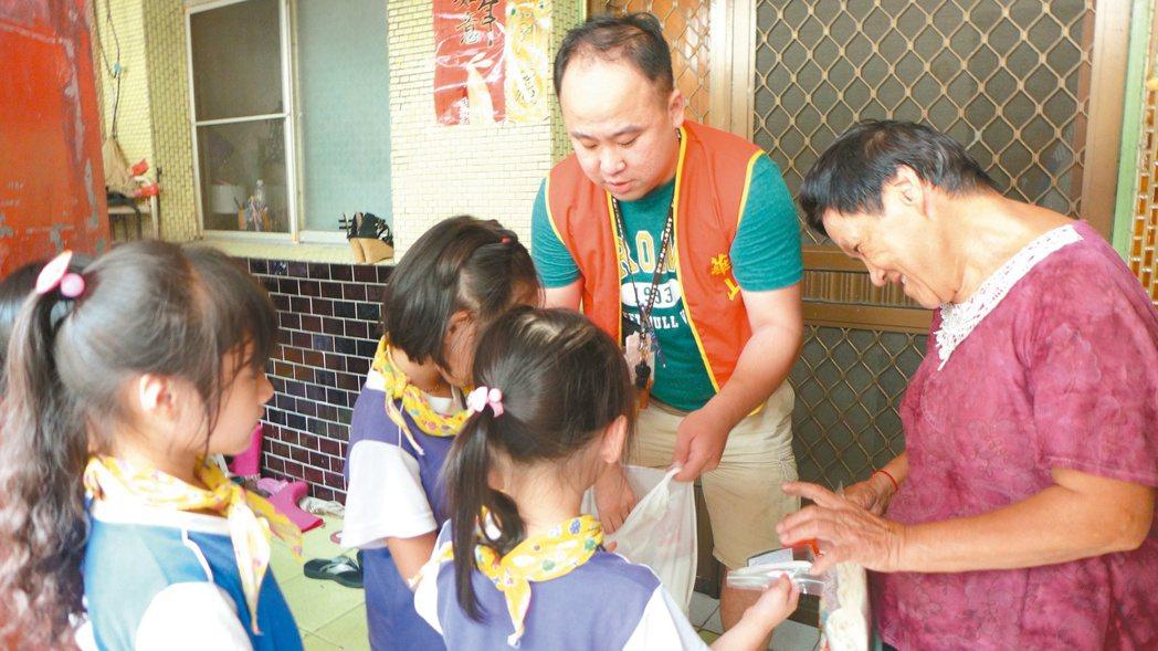 翁聖勳帶著幼稚園大班學童探訪獨老,阿嬤見那麼多孩子來找她,笑呵呵地說,好久沒這麼...