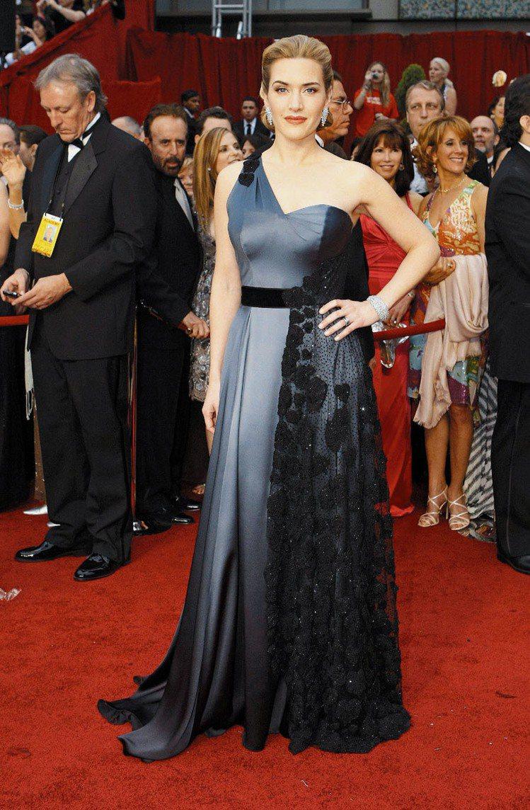 凱特溫絲蕾當年穿著YSL鐵灰色斜肩禮服出席奧斯卡。圖/路透