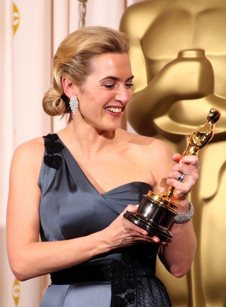 凱特溫絲蕾當年憑著《為愛朗讀》拿下奧斯卡最佳女主角,將小金人擺在自家浴室裡。圖/...