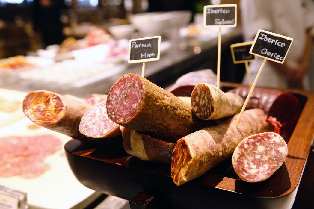 臘腸、火腿等醃製食材。記者王騰毅/攝影
