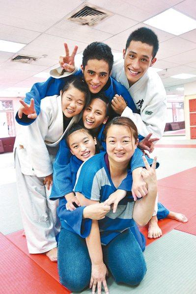 柔道教練張凱鳳(前一)開放家庭陪伴部落選手訓練吃住,為圓孩子們的柔道夢而努力。 ...