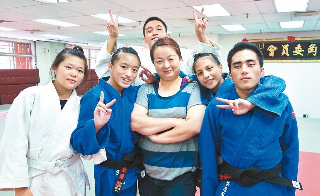 柔道教練張凱鳳(右三)開放家庭陪伴部落選手訓練吃住,為圓孩子們的柔道夢而努力。 ...