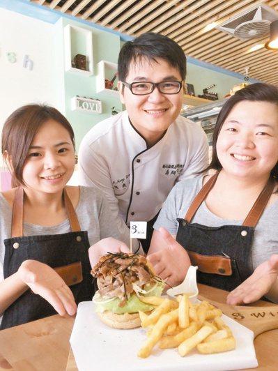 溫奕鋐(中)幫助姊妹花林靜凰(左)與林紋君(右),成功開設美式漢堡店。 記者郭宣...