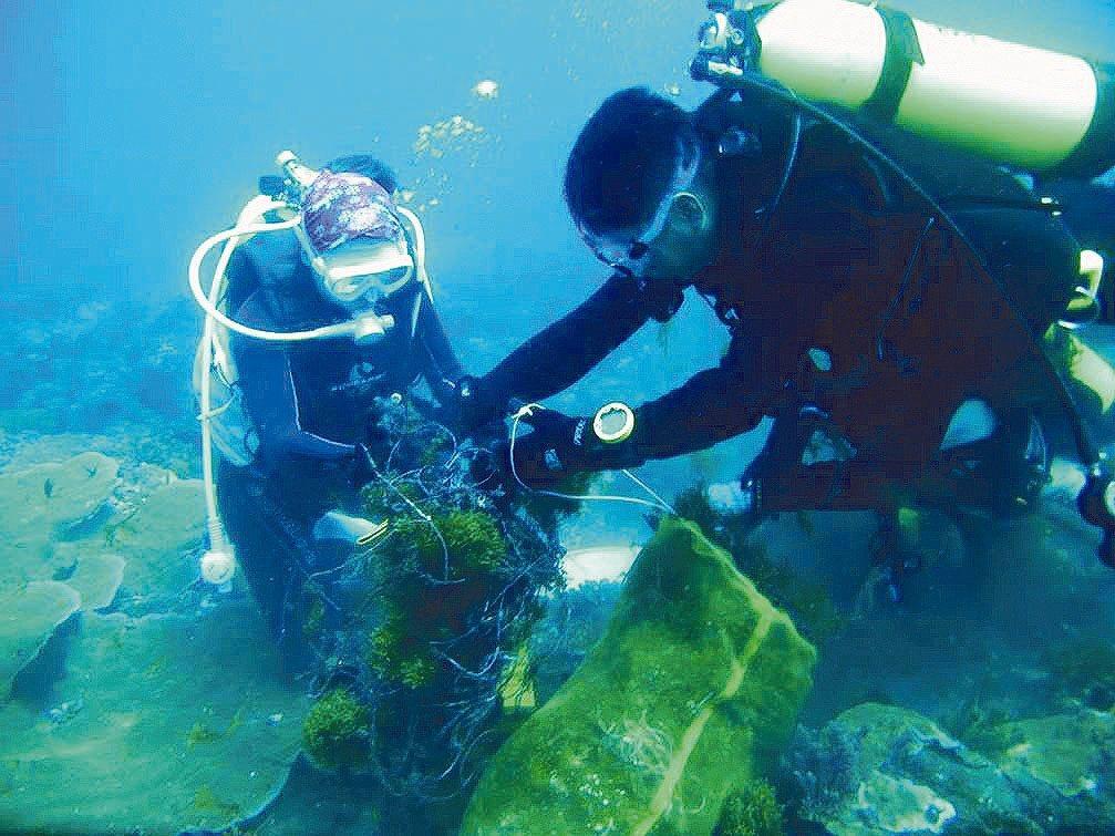 小琉球海洋志工隊6年來下海176次,總計清理出超過2萬公斤海底垃圾,可說是當地海...