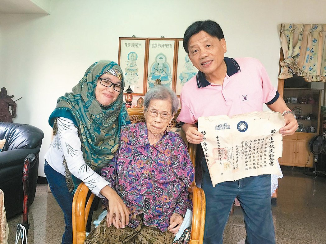 嘉義市103歲人瑞助產士賴黃錦(中)接生逾2萬名新生命,由么兒賴建民(右)與印尼...