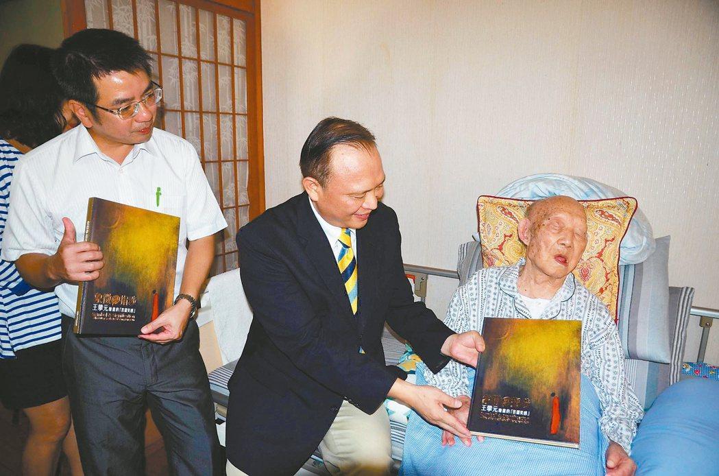 縣長林聰賢(左二)及市長江聰淵(左)等人探望107歲人瑞畫家王攀元(右)。 記者...