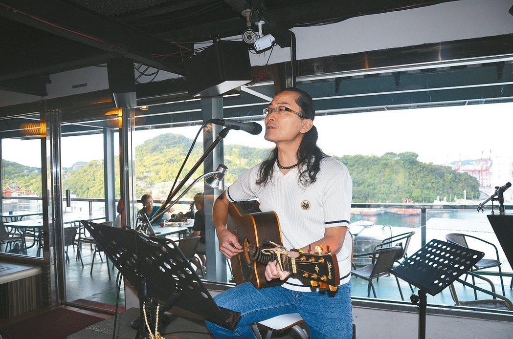 張祐奇回基隆開工作室創作音樂,並到餐廳駐唱,希望用音樂改變基隆。 記者游明煌/攝...