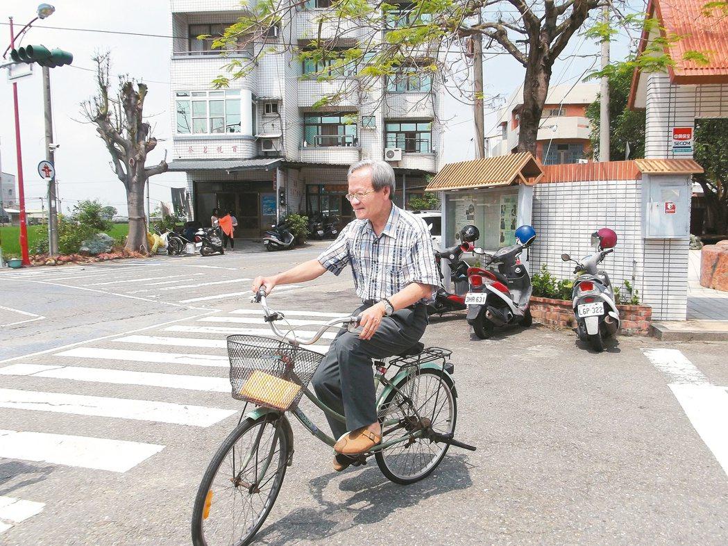 33年來陳錦煌在新港都以單車代步。 記者謝恩得/攝影