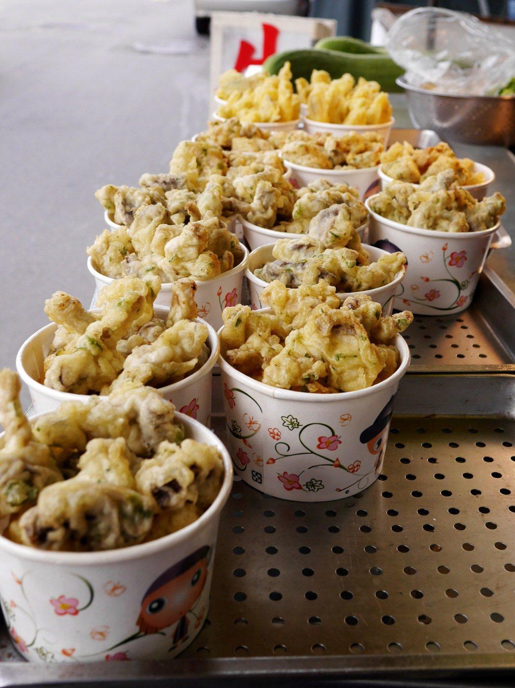當地商家把盛產的香菇及杏鮑菇做成炸物,除了便利又美味。 記者陳威任/攝影