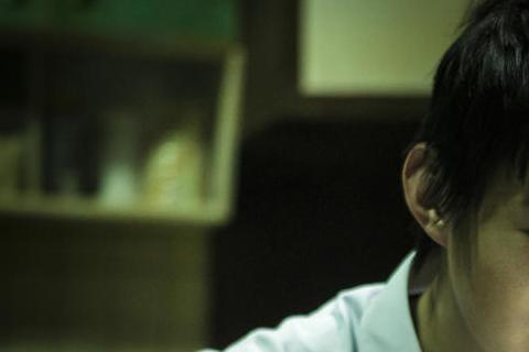 11月27日上映的「紅衣小女孩」取材自台灣鄉野傳奇,劇情描述小女孩會迷惑人心智,電影裡中邪的黃河品嚐一頓恐怖的蟲蟲大餐,面對滿桌活生生蠕動的蟲,黃河必須吃的津津有味,而滿桌濃郁的蟲味和土味令他崩潰,...