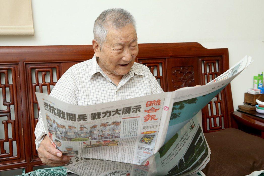 韓景新是聯合報忠實讀者,訂閱近六十年,年逾百齡,他不用戴眼鏡就能看報。  記者余...