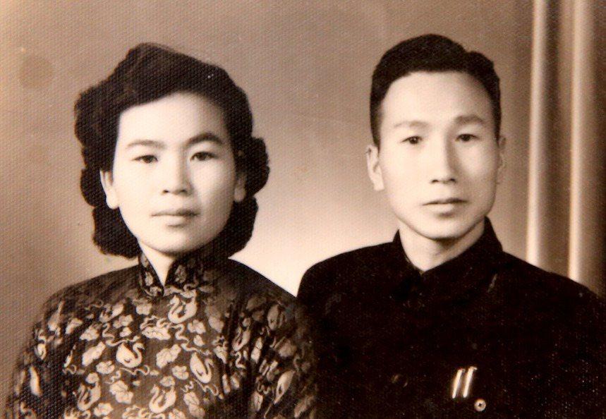 韓景新與妻子年輕時的照片,他父母都在五十歲左右離世,他早年以為活到父母的天歲就足...