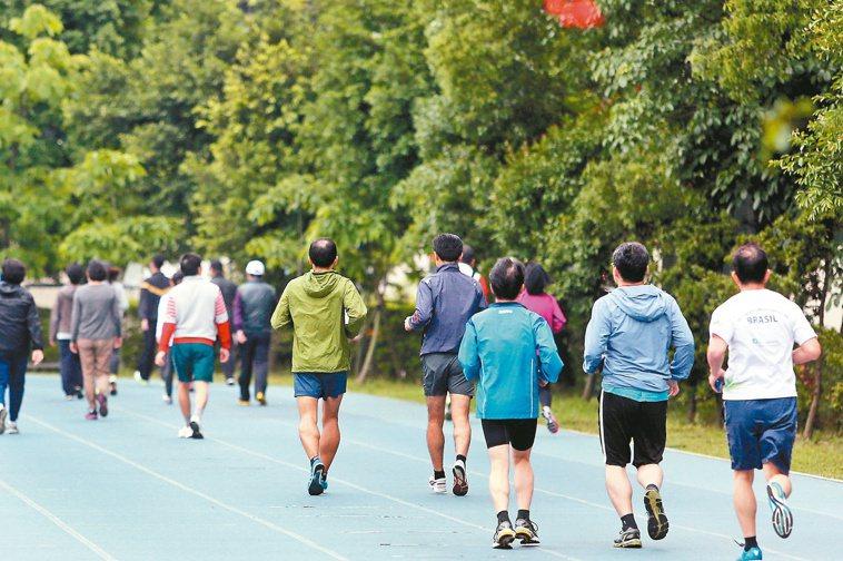 國人運動量不足,飲食也缺鈣,引發「三低」危機,包括低骨密、低關節修護力、低肌力。...