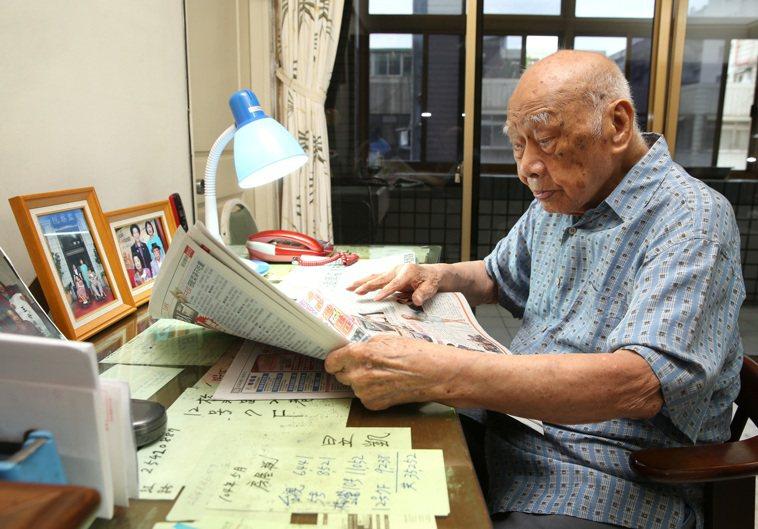 百歲人瑞黃奕培每天早上都會閱讀整份報紙,而且不需要戴老花眼鏡。 記者林澔一/攝影