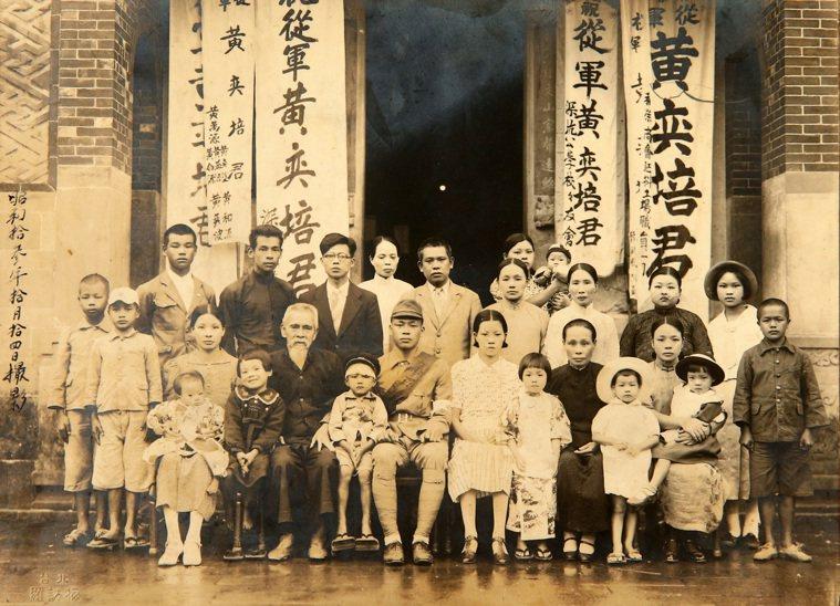 百歲人瑞夫妻檔黃奕培與黃王勝玉,年輕時與家族成員在深坑老宅前的合影。 記者林澔一...