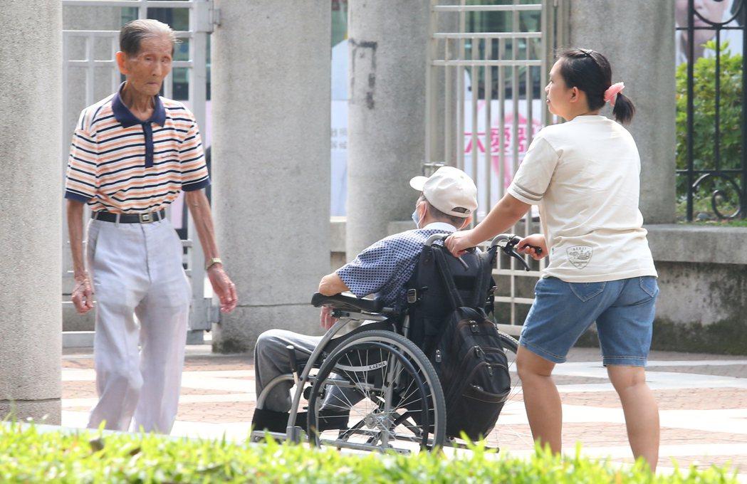 外籍看護成為照顧老人家的主要人力。 記者陳正興/攝影