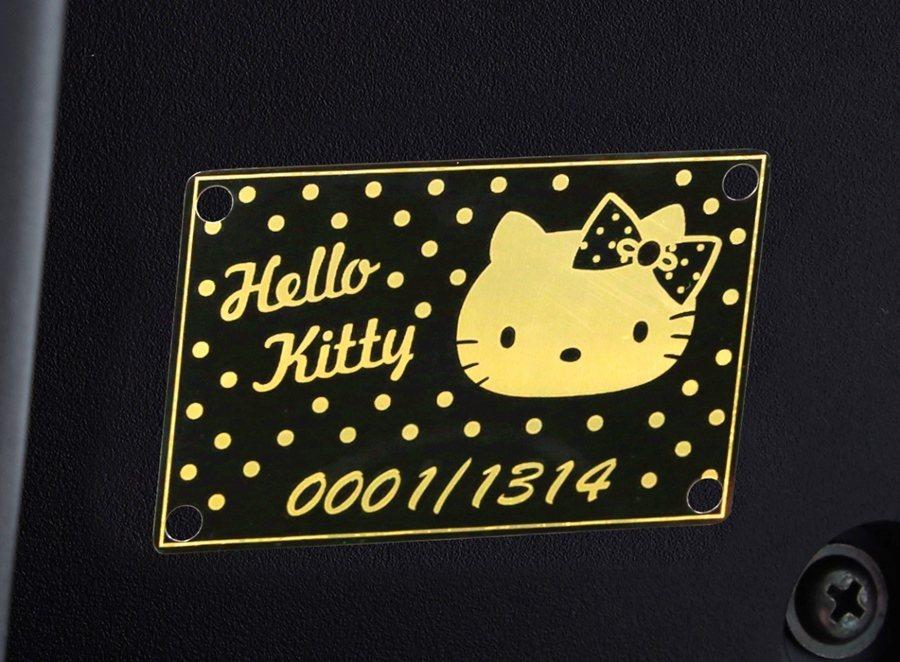 新版Hello Kitty聯名限量版的限量編號銘版。