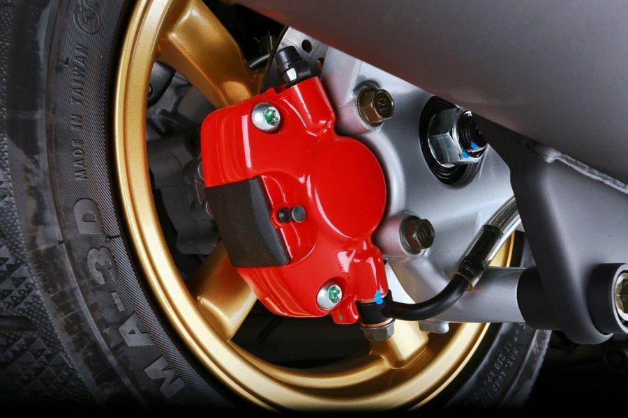 J-BUBU在安全系統的設定上,配備前後大尺寸碟煞系統,全面提升騎乘安全。