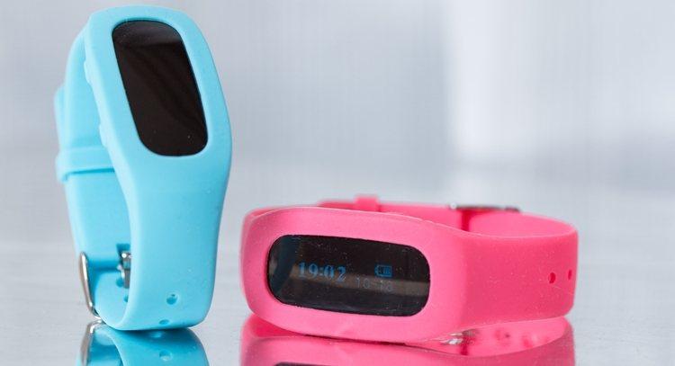 運動時必備藍牙手環,可偵測運動量,有多種顏色可選,陪你時尚運動。
