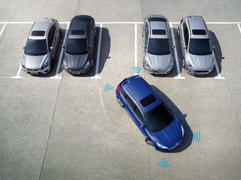 Ford New Focus 搭載先進的駕駛輔助技術,包括全新主動式全方位停車輔...
