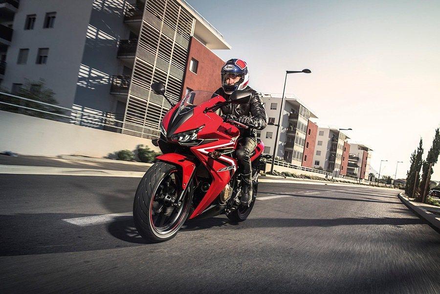 2016年式CBR500R以外觀及配備上的改變現身。 Honda提供