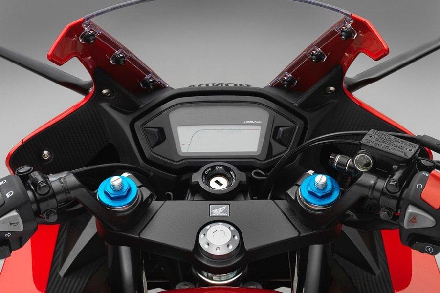 可調式前叉提供駕駛更多的舒適性,而部分細節則與上一代相同。 Honda提供