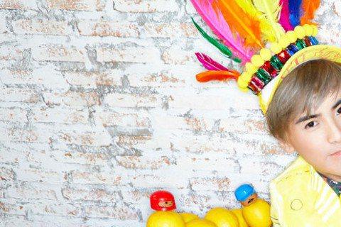 暌違台灣歌壇5年,新加坡歌手何維健,將於11月2日推出新專輯「檸檬甜甜的」,首波同名主打歌「檸檬甜甜的」,旋律巧妙融入20年前,蘇慧倫的經典曲「檸檬樹」,何維健一甩時尚偶像包袱,搞笑演出。 何維健花...
