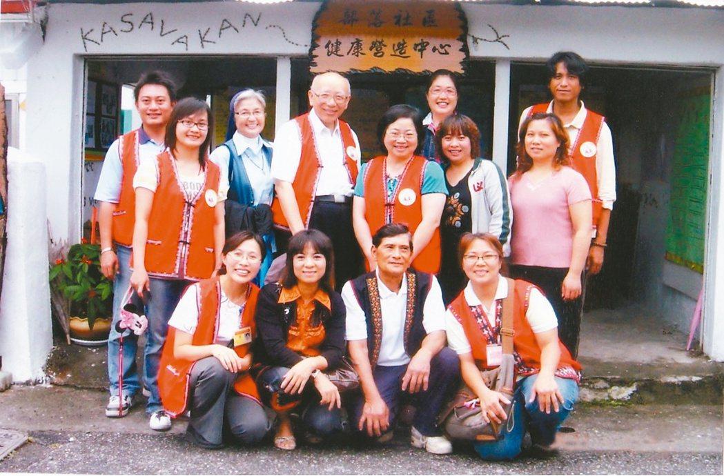 林瑞祥(後排左四)在台東部落建立社區健康中心,關懷當地糖尿病友。 記者潘俊宏╱攝...