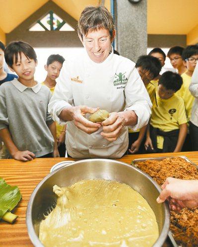 美國名廚安.古柏來台,昨天參訪宜蘭縣深溝國小,與學生一同製作草仔粿。 記者黃威彬...