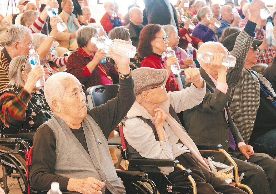 新北市的一家安養中心舉辦重陽節慶祝活動,眾多長輩們參與活動,娛樂加復健。 記者魏...