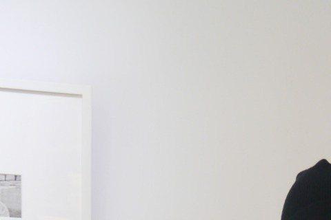 35歲的江美琪上月初剖腹產下兒子「小小益」,有子萬事足的她,20日挽著老公林振益的手,提著兒子的滿月油飯與前老闆田定豐分享喜悅,產後首度現身,江美琪的身材似恢復不錯,但她指的肚子自招:「現在是57公...