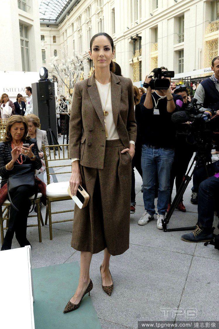 過膝長裙與寬褲是最時尚的搭法,因為本季的低跟鞋大多偏正裝look,長裙和寬褲能讓...