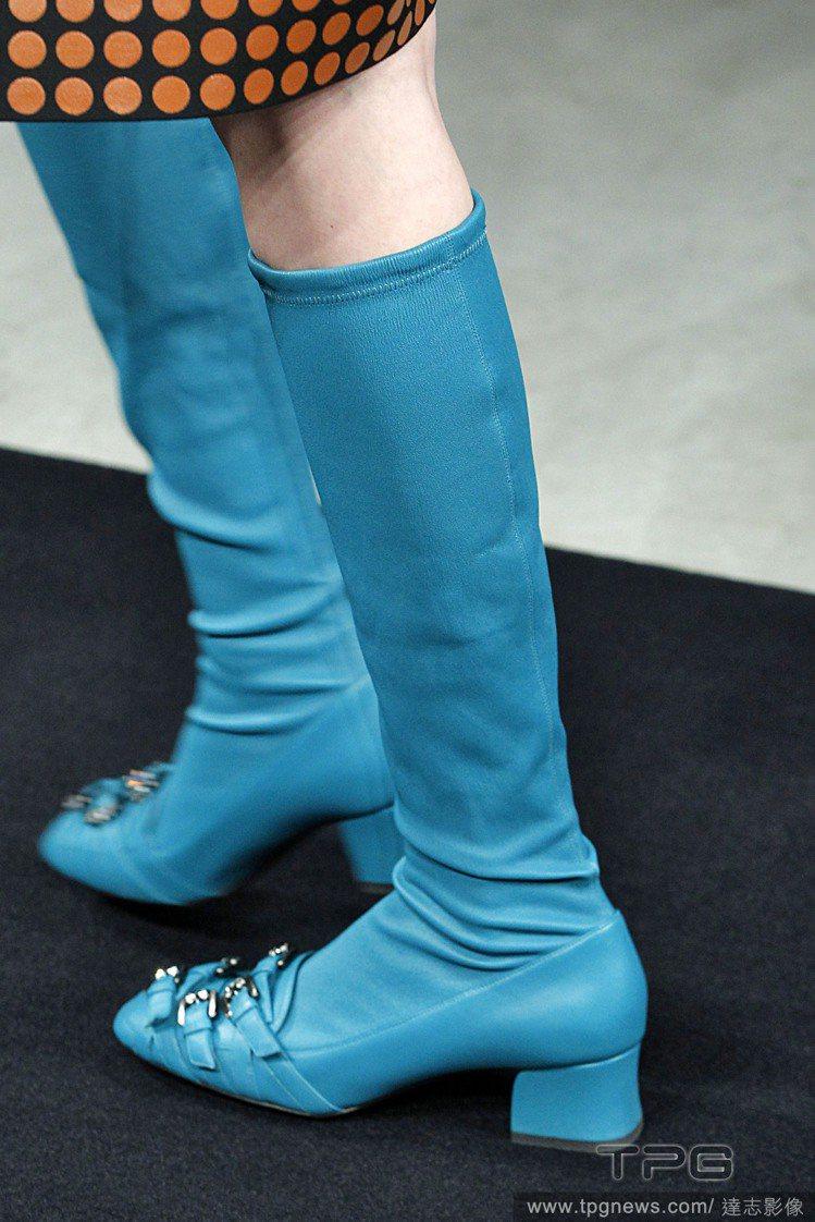 Bottega Veneta珠寶裝飾的低跟方頭鞋散發舊時代氛圍。圖/達志影像
