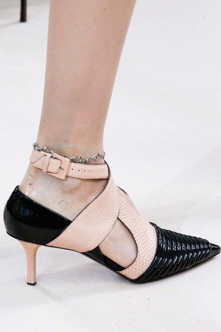 Louis Vuitton 的尖頭細跟低跟鞋散發銳利氣勢,纏繞的設計感也非常有個...