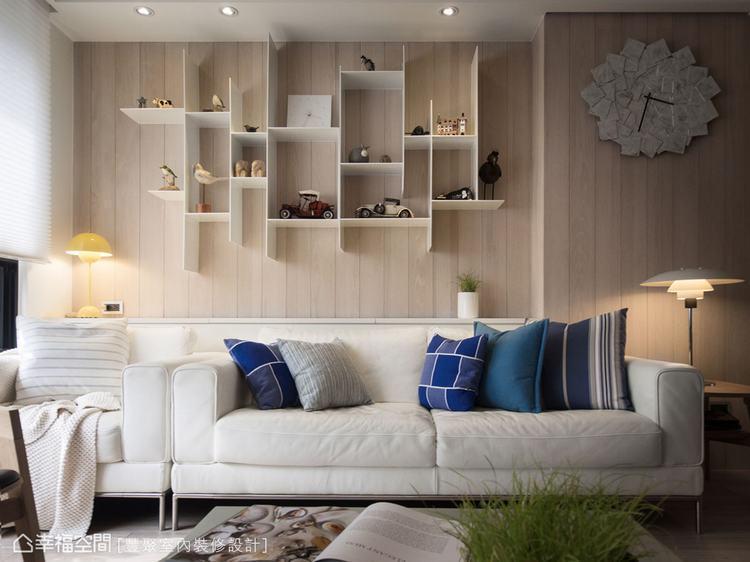 ▲淺色木紋背板配上不同長寬比例的細隔板,散發出輕質立面與淡淡的北歐況味。